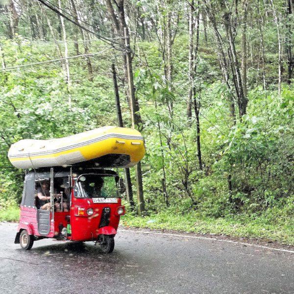 sri lanka op reis raftbootr bovenop TukTuk