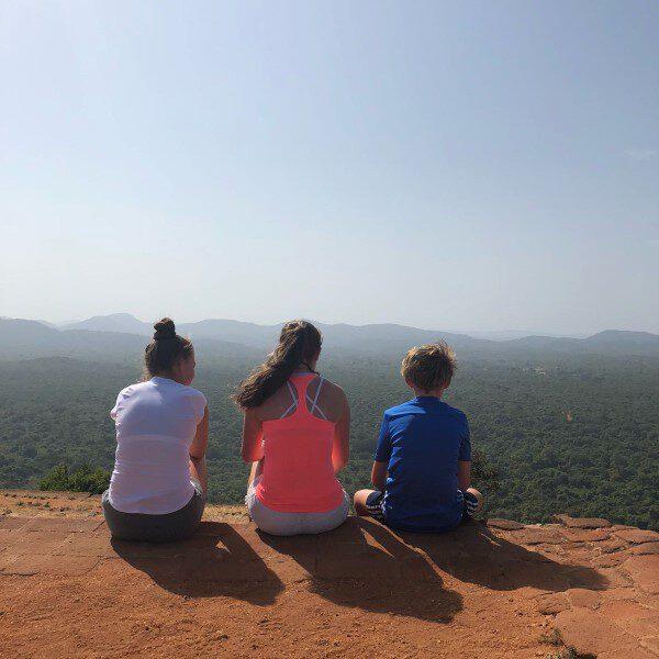 mensen bovenop Sigiriya leeuwenrots