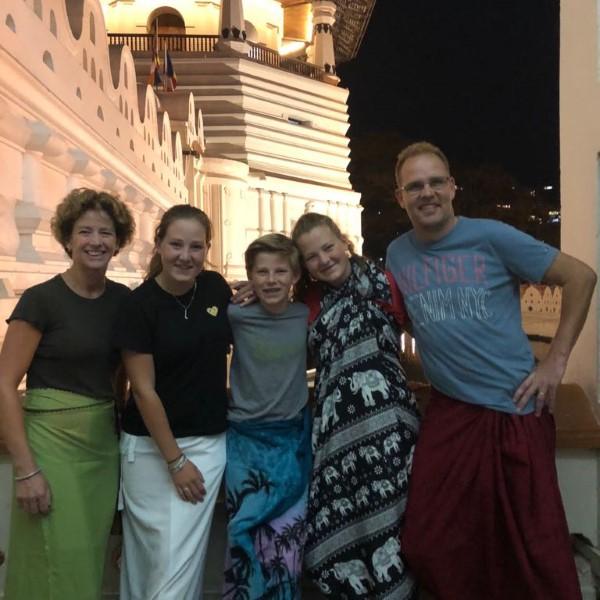 familie bij tempel van de tand Kandy