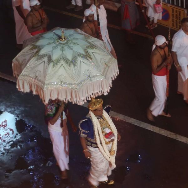 sri lanka kandy perahera man met paraplu